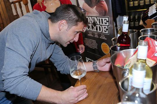 Martin pilně ochutnával vína.