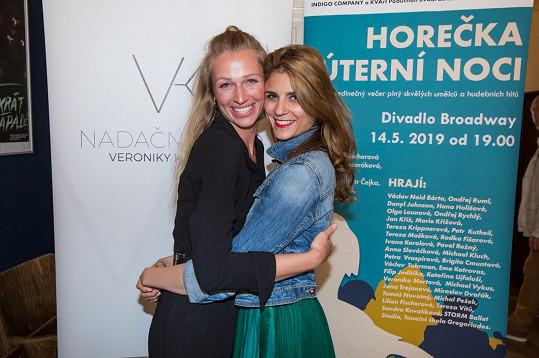 S kamarádkou Lilian Sarah Fischerovou