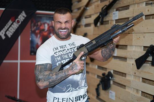 Úspěšný český zápasník Karlos Vémola vyměnil na chvíli ring za střelnici a vyzkoušel si několik zbraní.