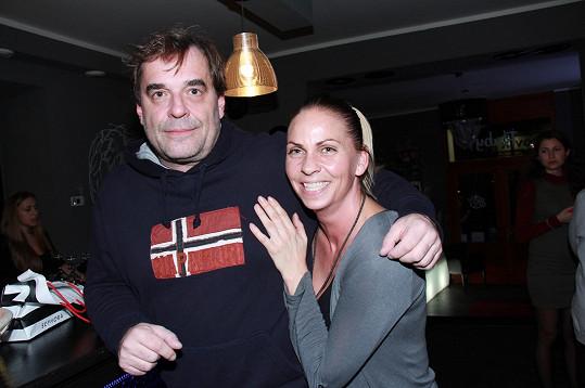 Miroslav Etzler si svoji sympatickou přítelkyni hlídá jako ostříž.
