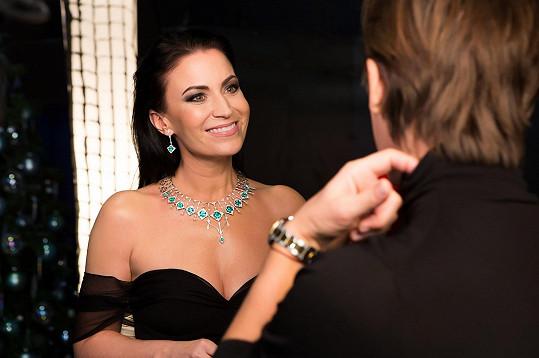 Celkem bylo při výrobě náhrdelníku použito 16 smaragdů stejné barvy a jedné znejvyšších kvalit na světě. Samotný šperk prošel několika vývojovými fázemi, aby nakonec zvítězilo provedení vbílém zlatě, které je vdokonalém kontrastu ksytě zelené barvě.