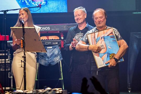 Olympic zároveň převzal zlatou desku na prodej alba. Frontman Petr Janda byl dojatý.