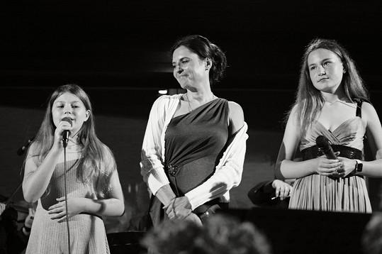 Bára vystupovala i s dcerami.