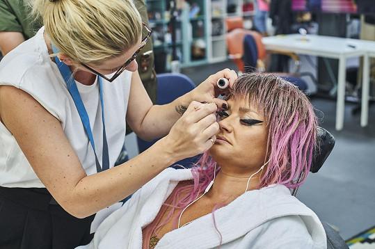 Ve zpěvačku se proměnila díky make-upu a paruce.