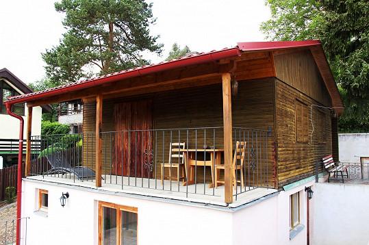 Na téhle chatě bude zpěvačka trávit letošní léto.