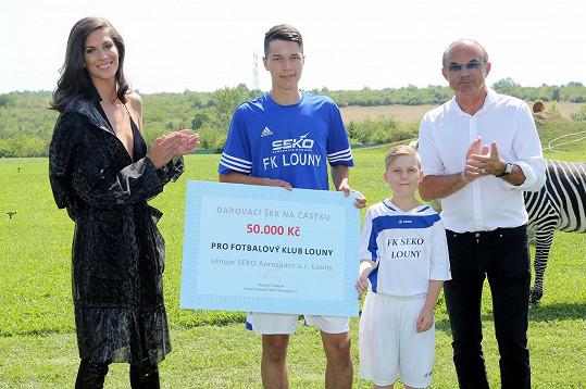 Na závěr Aneta předala šek místnímu fotbalovému týmu.