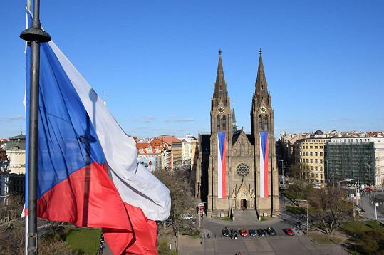 Vlajky zdobí kostel svaté Ludmily na Náměstí Míru.