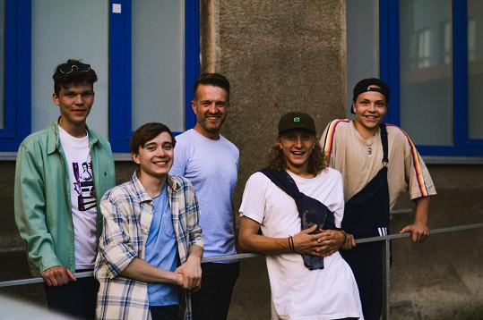 V klipu si zahráli teenageři známí z českých seriálů a sociálních sítí.