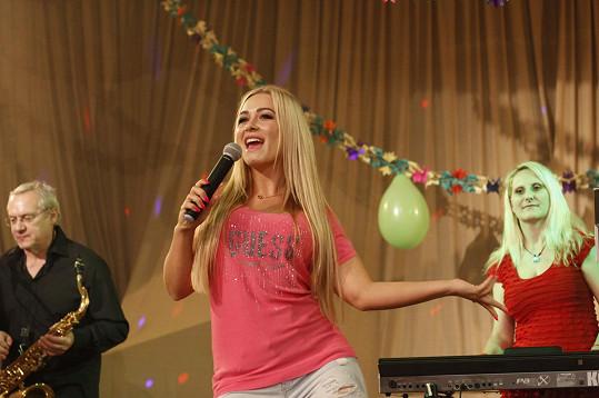 Česká Barbie jako zpěvačka na taneční zábavě.
