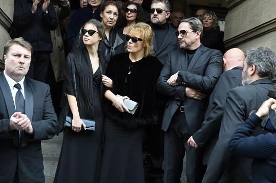 Na jeho veřejném pohřbu v Národním divadle s partnerem Martinem Trnavským a dcerou Aničkou