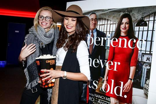 Na premiéry a večírky ji v době partnerovy nepřítomnosti doprovází kamarádky. V tomto případě jí dělala společnost missí kolegyně Veronika Kašáková s přítelem.