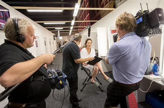 Moderátorka večera Tereza Kostková domlouvá úpravu scénáře během líčení.