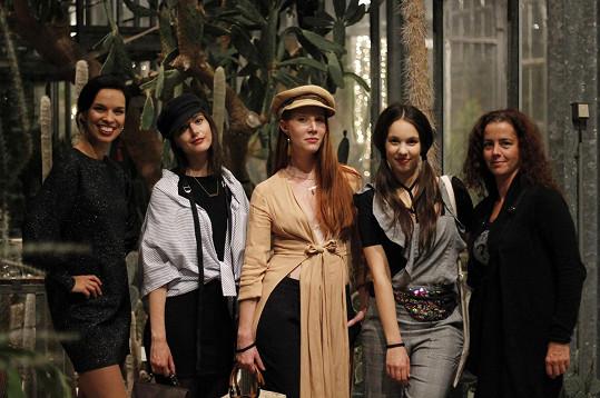 Míša s kamarádkami (zleva zpěvačka Radka Pavlovčinová, blogerka Lucie van Koten, herečka Nikol Kouklová a Míšina sousedka) vyrazily na přehlídku spodního prádla.