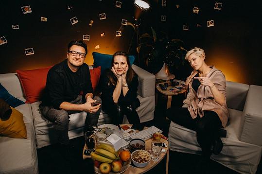 Petra se svým kolegou ze seriálu Stylista Andrejem Polákem a moderátorkou a stand up komičkou Adélou Elbel