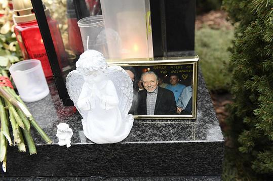 Lidé pokládají na hrob i vzpomínkové fotografie.