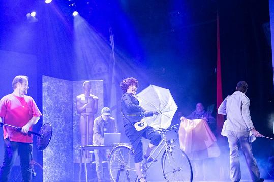 Na jevišti bude jezdit i na kole.