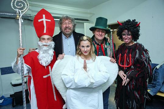 Zdeněk Troška s herci z pohádky potěšil děti v nemocnici.