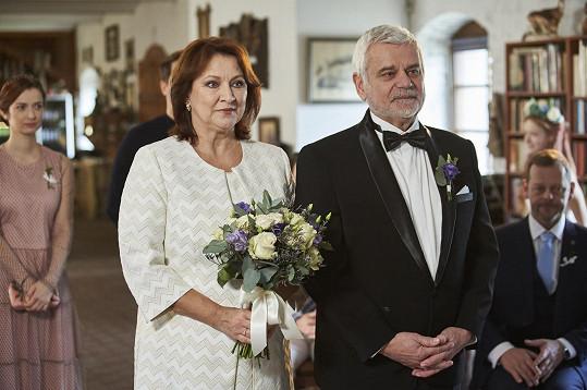 Zlata Adamovská a Petr Štěpánek, resp. Běla a Eduard Valšíkovi jako novomanželé
