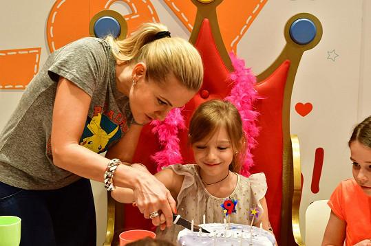 Maminka pomohla s krájením dortu.