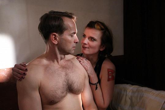 Jan Révai a Anita Krausová při postelové scéně v zimní komedii Špindl