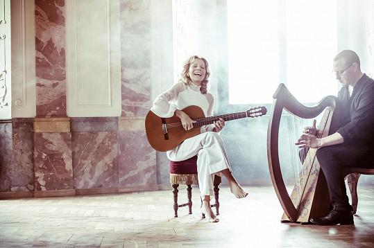 Lenka Filipová představuje první píseň z nového alba Oppidum, česky zpívanou Na cestě.