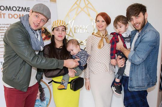 Honza na charitativní akci pro nemocnou Sofinku, kterou zorganizovali Míša Tomešová se svým mužem Romanem a specialistkou na východní medicínu Juditou Halvovou.