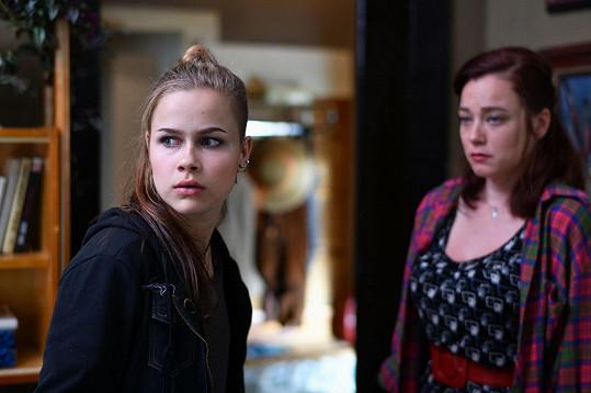 Veronika Marková a Kristýna Boková jako dcera a matka ve filmu Bourák.