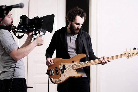 V kapele hraje i Andrein budoucí švagr Štěpán Růžička.