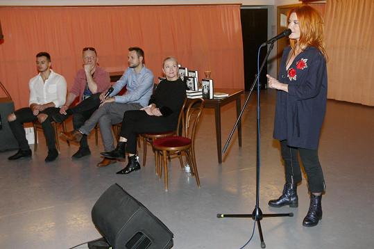 Na křtu zpívala i Bářina muzikálová kolegyně Iva Marešová.