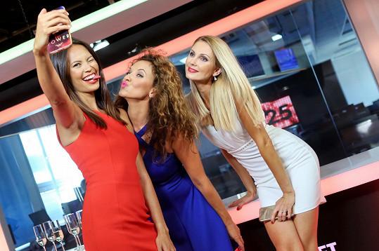 Monika Leová, Andrea Košťálová a Sandra Parmová si pořizují selfie.
