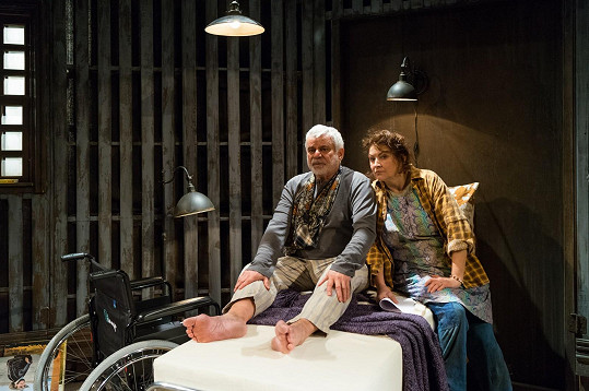 Zlata Adamovská a Petr Štěpánek na jevišti divadla Studio DVA, kde spolu účinkují ve hře Misery.