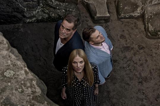 Topmodelka si po boku Miroslava Etzlera a Tomáše Savky zahraje nevěrnou manželku v dramatu Zrada v novém Divadle Na Maninách v pražských Holešovicích.