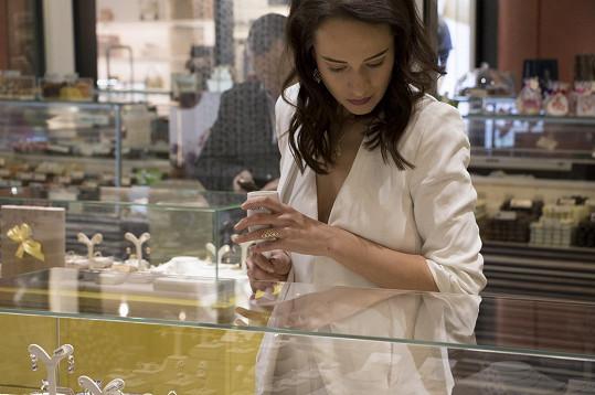 Karolína otvírala jeden z butiků nové šperkařské značky.