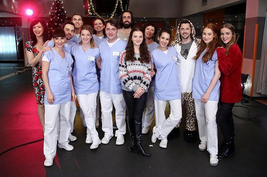 Píseň nazpívali a klip natočili herci ze seriálu Sestřičky Modrý kód.