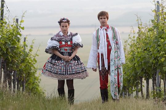 Jan Brožek a Anička Fialová si v krojích vykračovali po vinici.