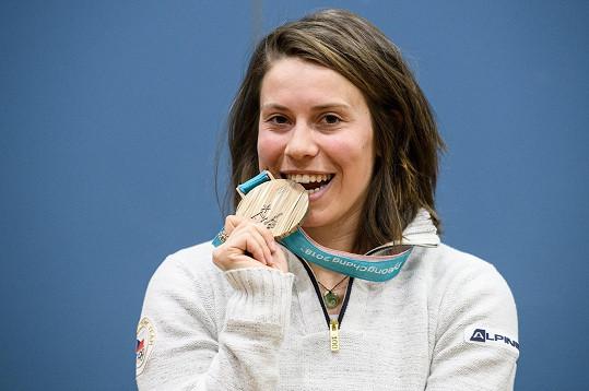 Eva Samková si letos z olympiády v Pchjongčchangu přivezla bronz. Na olympiádě v Soči roku 2014 byla zlatá.