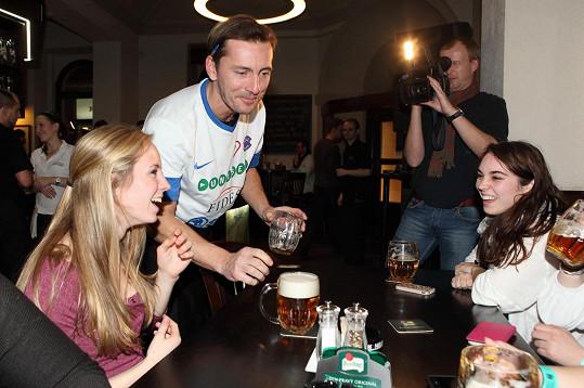 Společně s Petrem Vondráčkem a dalšími herci roznášeli pivo v hospodě. Výtěžek pomohl Klokánku Hostivice.