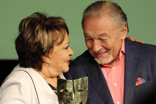 Jiřina Bohdalová byla ráda, že jí cenu předal její přítel Karel Gott.