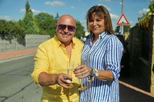 Michal David s manželkou vítali hosty na oslavě narozenin.