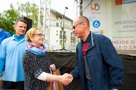 Věra Čáslavská předává ceny na dni seniorů.