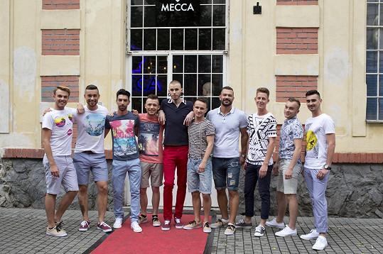 Partička soutěžících před samotným finále
