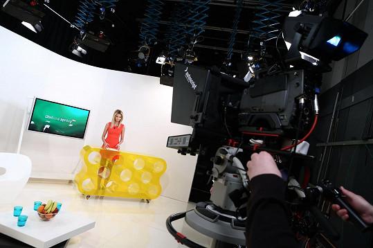 Diváci vidí moderátorku při čtení zpráv celou, nikoli jen od pasu nahoru.