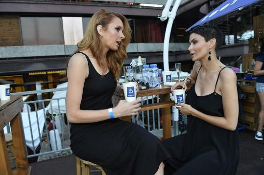 Denisa na začátku festivalu na koncertě kapely TH!S s Vlaďkou Erbovou.