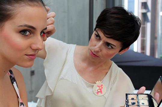 Dcera Kristýna (vlevo) byla za modelku. S její pomocí vizážistka odprezentovala, jak se správně používá tvářenka.
