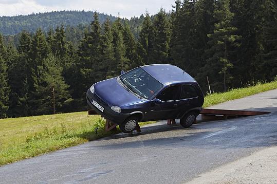 Příprava auta pro scénu nehody trvala 14 dní.