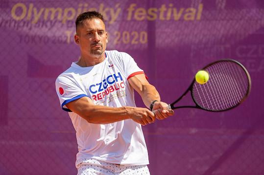 Hokejista Tomáš Plekanec ukázal, že jeho partnerka, tenistka Lucie Šafářová, mu doma udělala minimálně tenisový rychlokurz.
