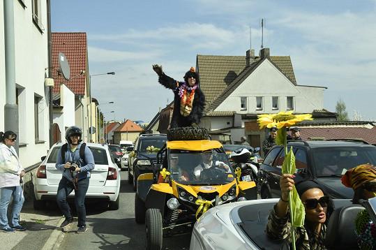 Po 13. hodině k domu, v němž zpěvák zemřel, přijel žlutý průvod. Nechyběl muž převlečený za opa.