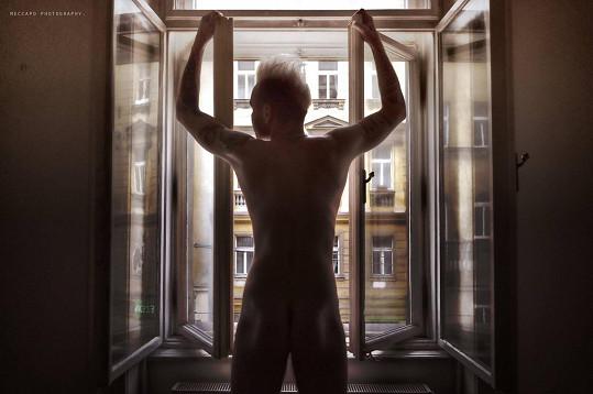 Zpěvák se fotil nahý u okna.