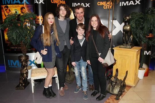Chyběla nejmladší Lara a maminka Lucie Benešová. Nejstarší Lucián si vzal do kina přítelkyni (vlevo).