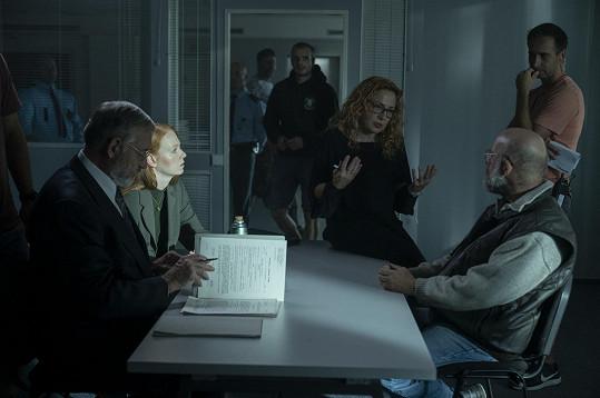 Režisérka Tereza Kopáčová (uprostřed) při natáčení minisérie.